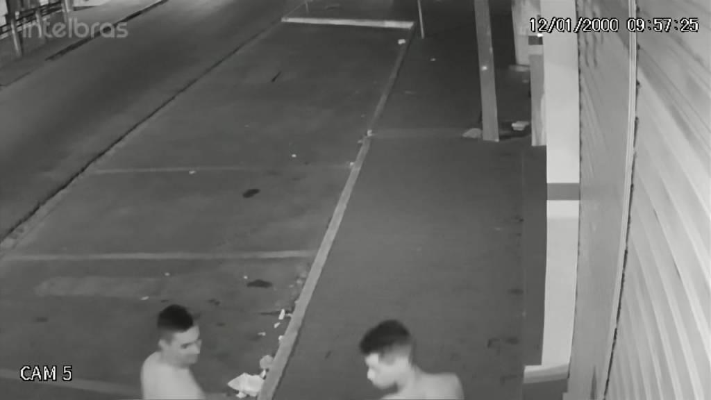 GRAVATÁ: Câmera registra vândalos ateando fogo em lixeiras