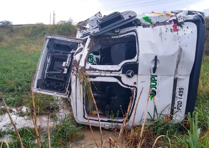 Susto: Veículo que transportava pacientes para consulta capota na BR-232 em Bezerros