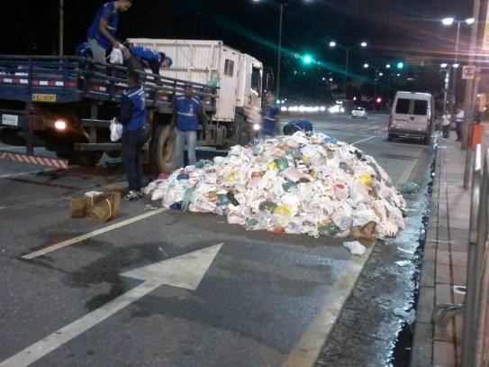 Alimentos arrecadados em show de Pablo Vittar são deixados no meio da rua