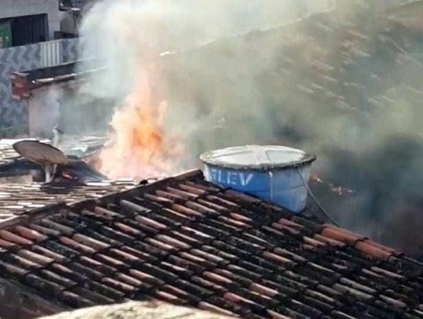 Vazamento de gás de cozinha provoca incêndio e destrói casa