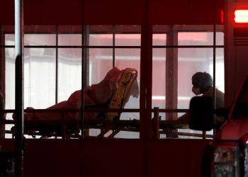 Um paciente é levado para o centro de trauma no Elmhurst Hospital Center, onde testes e tratamento para a doença de coronavírus (COVID-19) estão ocorrendo em Queens, Nova York,