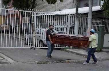 Equador fracassa no combate ao coronavírus e vários corpos estão jogados dentro de casas