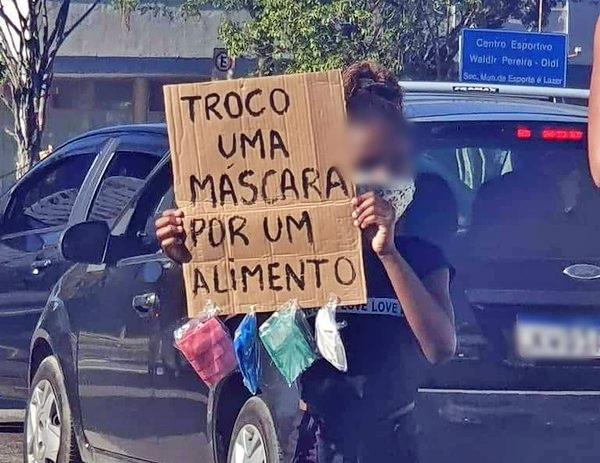 Menina que aparece trocando máscaras por comida comove o Brasil