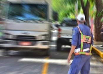 Acidente provoca engavetamento entre caminhão e quatro carro