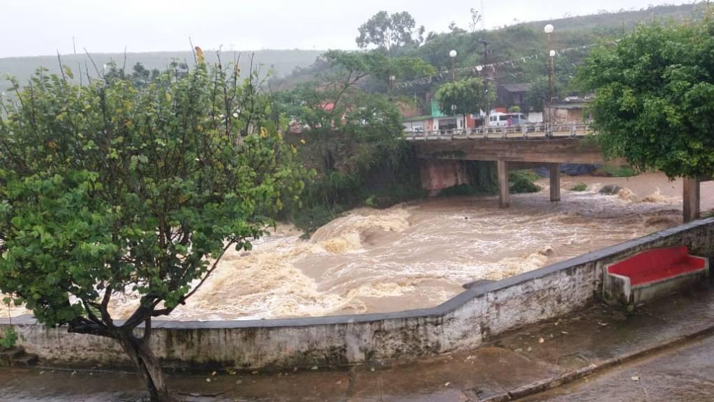 Água de chuva invade casas e comércio no centro de Barra de Guabiraba (PE)