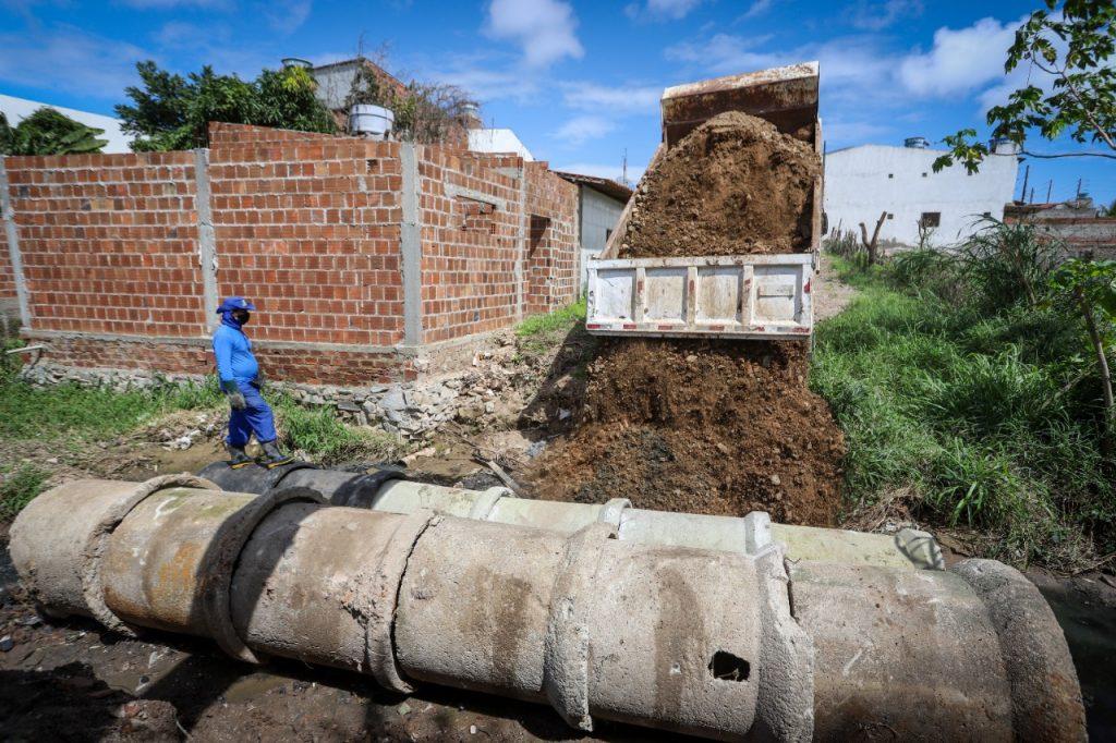 Prefeitura de Gravatá realiza manutenção de bueiros e ruas