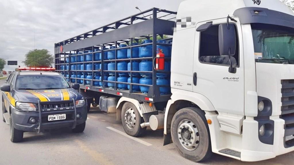 Caminhão adulterado e com carga de gás sem nota fiscal é apreendido na BR-232