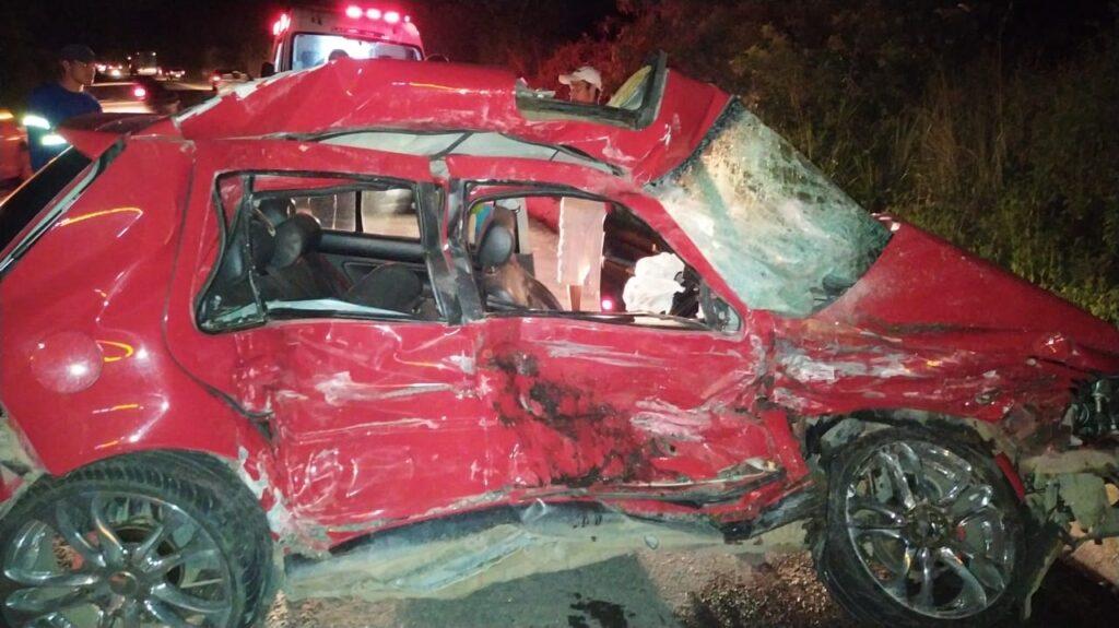 Motorista fica ferido em acidente envolvendo carro e ônibus de turismo