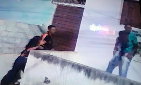 Câmeras de segurança flagram jovem sendo assassinado a facadas em Caruaru