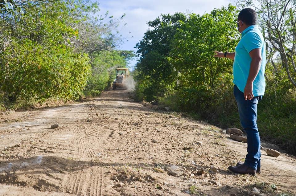 Presidente da Câmara de Gravatá acompanha recuperação de estrada que dá acesso ao Sítio Esquerdo