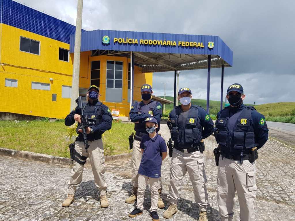 Menino que sonha em ser PRF comemora aniversário com policiais em Água Preta