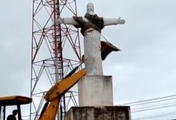 Imagem de Cristo é derrubada por trator no Cruzeiro