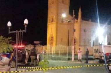 Homem morto a tiros na frente de igreja matriz após discussão