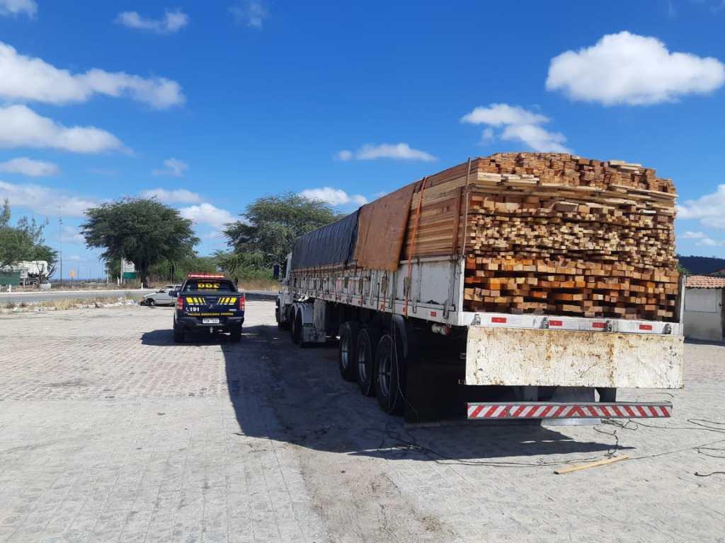 Caminhão carregado com madeira sem documentação fiscal e ambiental é retido em Sertânia
