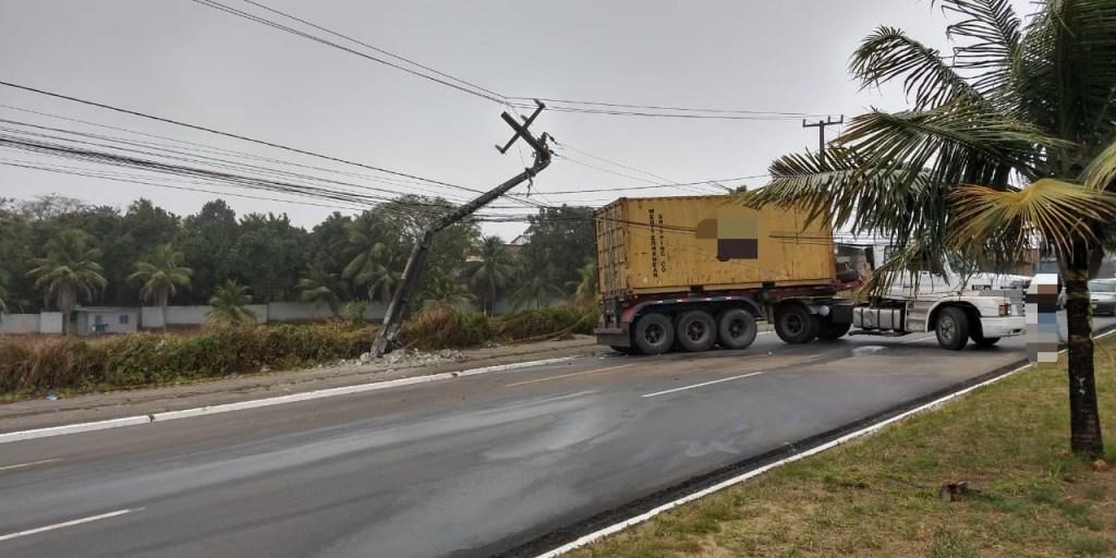 Igarassu: Caminhão colide em poste e deixa BR-101 totalmente interditada no sentido João Pessoa