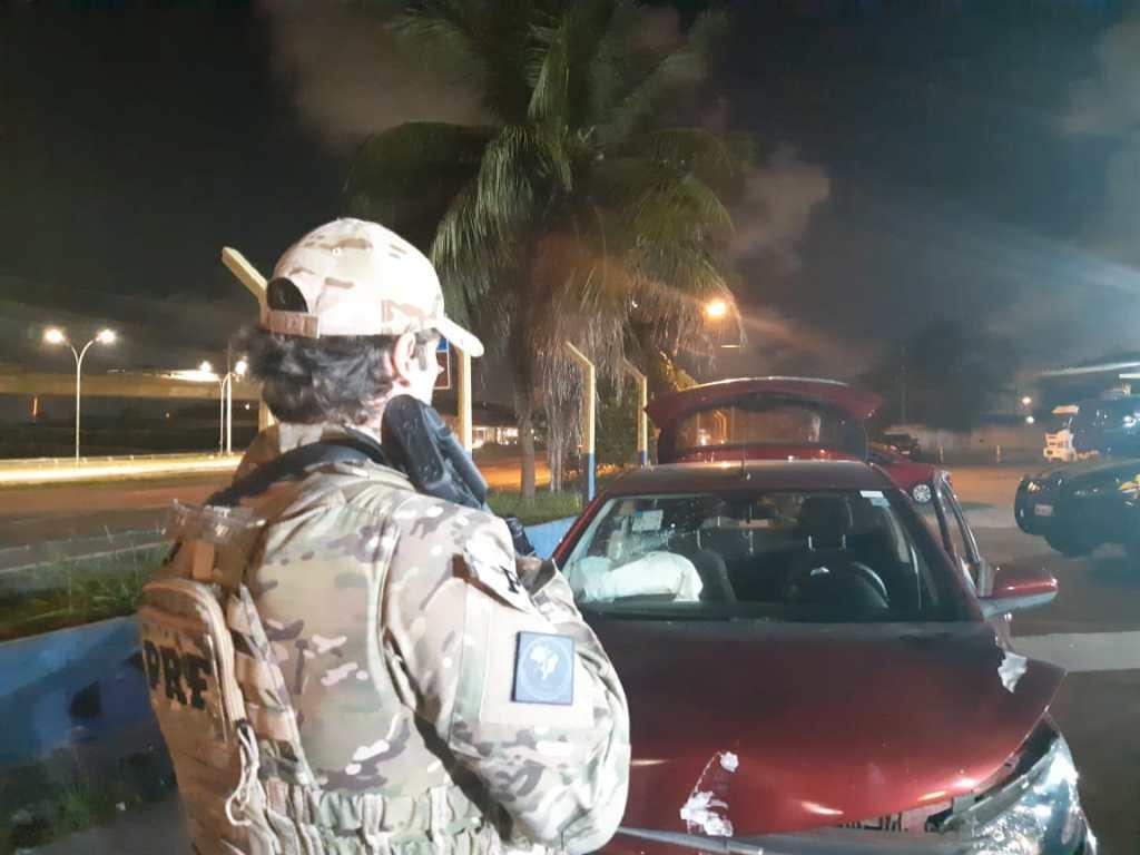 Homens pulam de carro roubado em movimento durante fuga na Zona Oeste do Recife