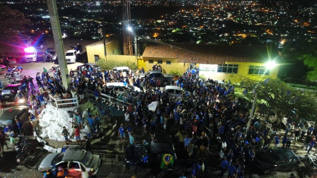 Gravatá: Multidão invade pátio do Cruzeiro para apoiar prefeito após saída de entrevista