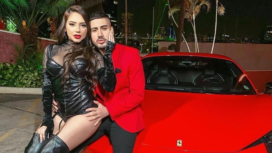 MC Kevinho e Tainá Costa ostentam em foto com Ferrari