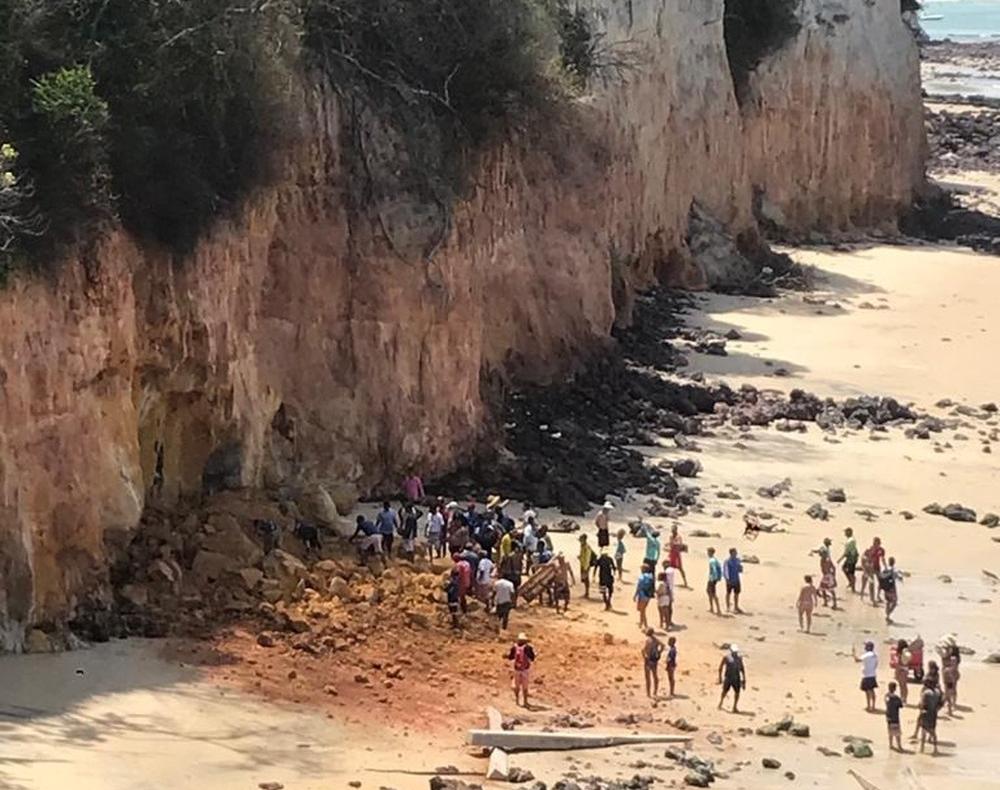 Barreira desaba em Pipa (RN) e mata casal e bebê de 1 ano