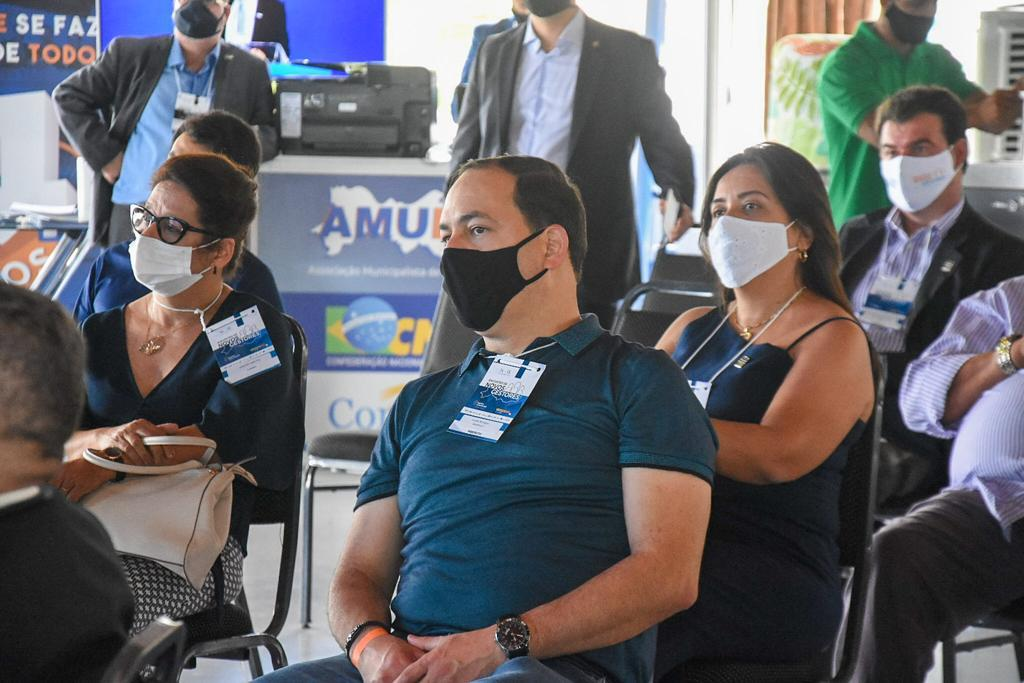 Em Gravatá, Sivaldo Albino participa de seminário para prefeitos eleitos da AMUPE