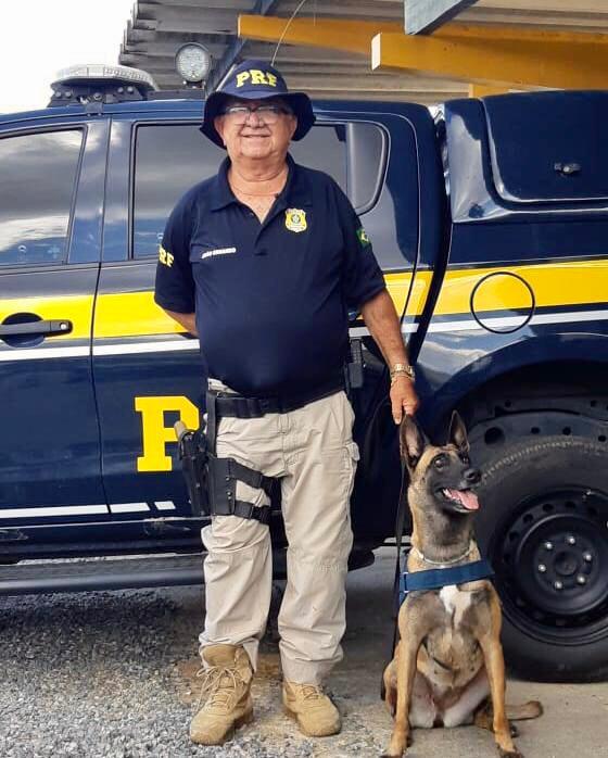 Policial mais antigo em exercício na PRF recebe homenagem pela sua aposentadoria, após 45 anos dedicados a instituição