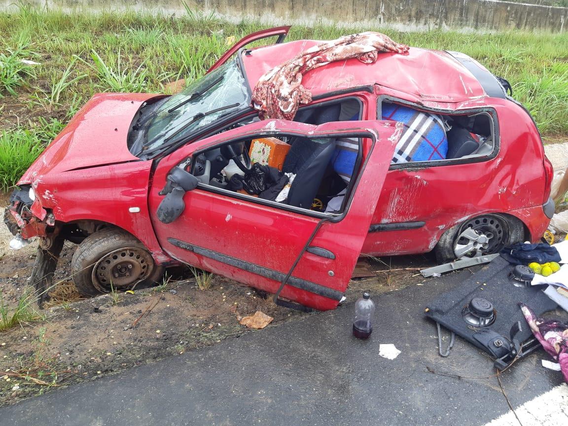 Pneu estoura e provoca capotamento de carro na BR-101 em Palmares