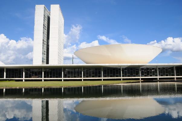 Servidores públicos notificam deputados contra inconstitucionalidades da Reforma Administrativa