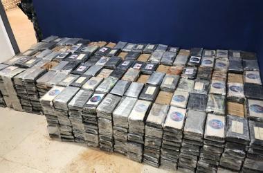 PM apreende fuzis, pistolas e cerca de 1,5 tonelada de cocaína em Jaboatão