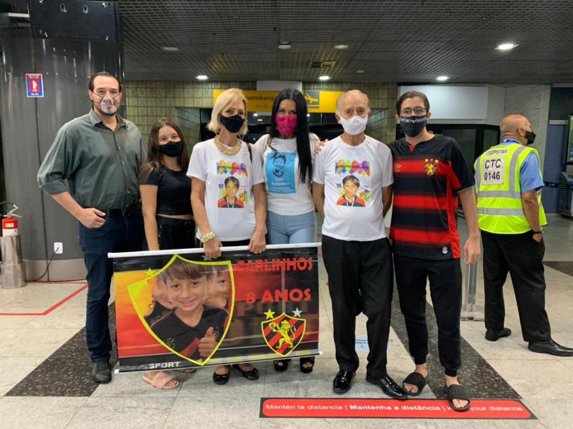 Após ser sequestrado pelo pai, Carlinhos volta ao Recife após cinco anos na Argentina