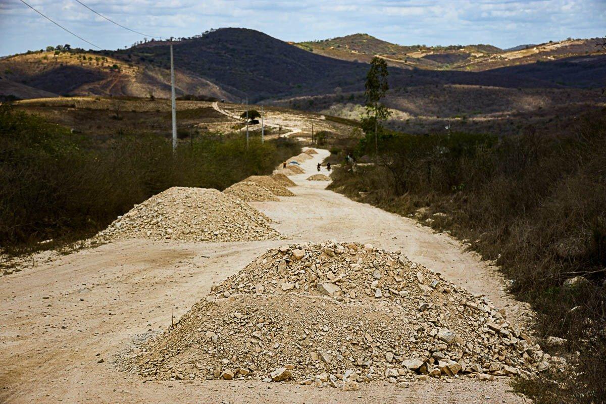 Prefeitura dá continuidade a aplicação de piçarro na estrada de Avencas