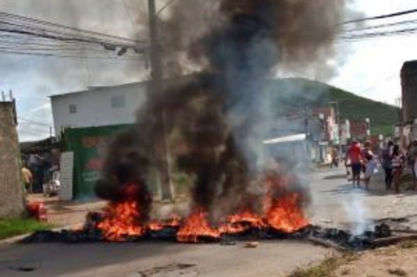 Moradores realizam protesto no bairro Cedro, em Caruaru