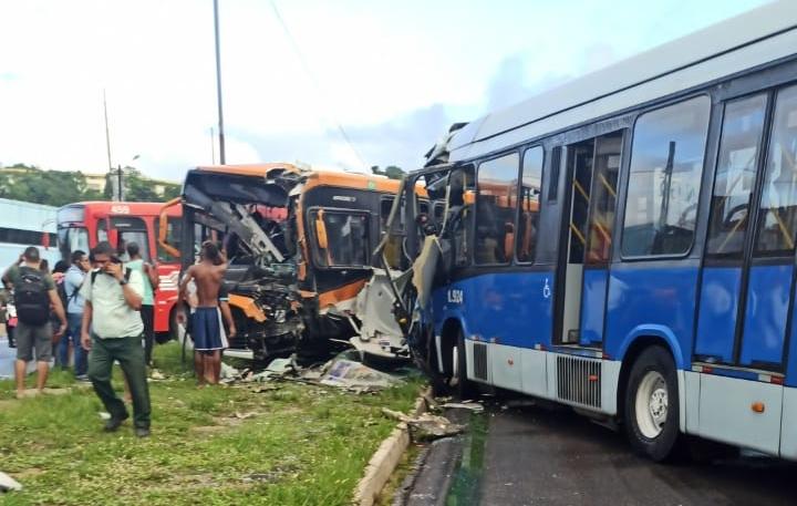 Olinda: Colisão entre dois ônibus deixa vários feridos e motorista preso às ferragens