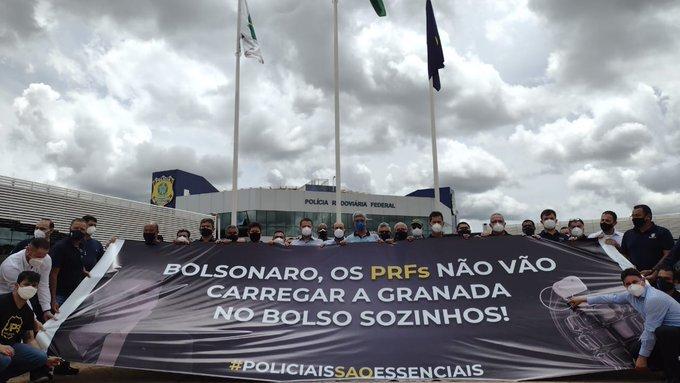 Agentes da Polícia Rodoviária Federal protestam contra presidente Bolsonaro