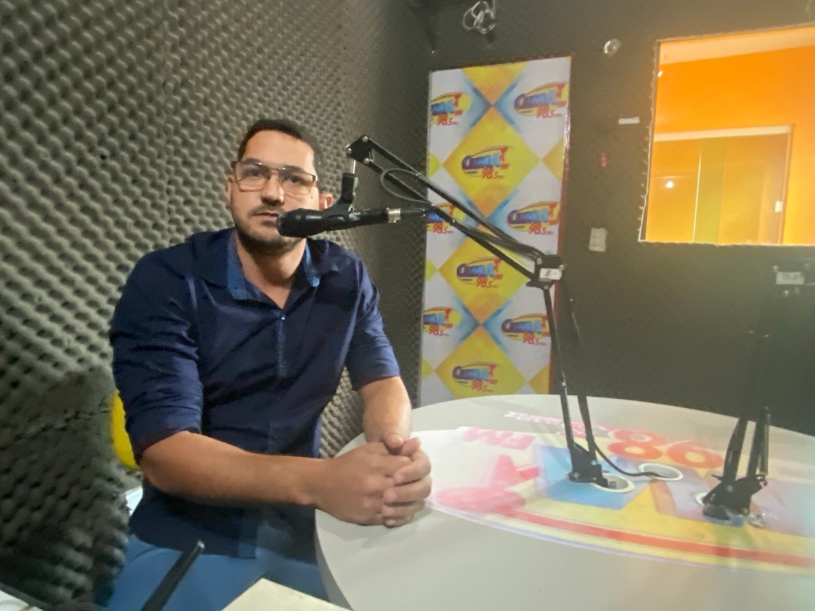 Vereador Bruno Sales participar de entrevista e responde perguntas de ouvintes na Rádio Clima FM