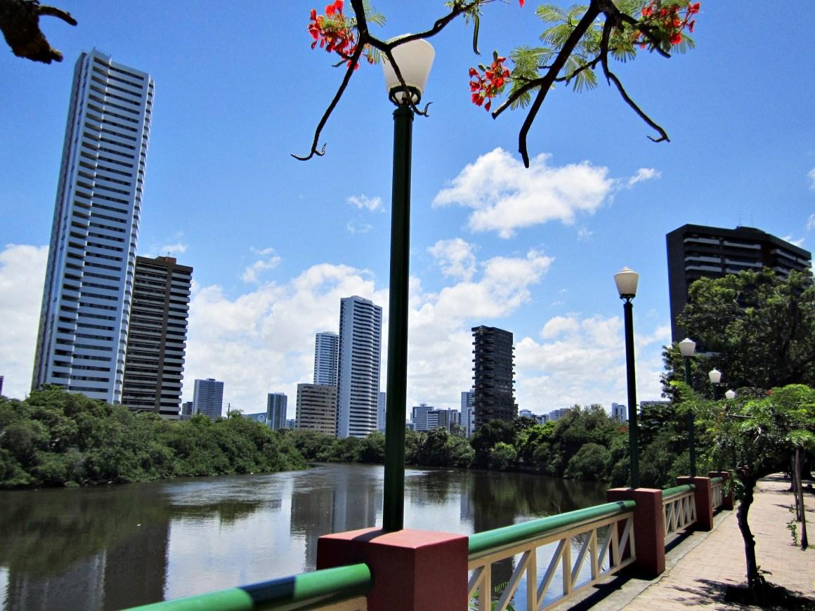 Corpo boiando é encontrado no Rio Capibaribe, em Recife
