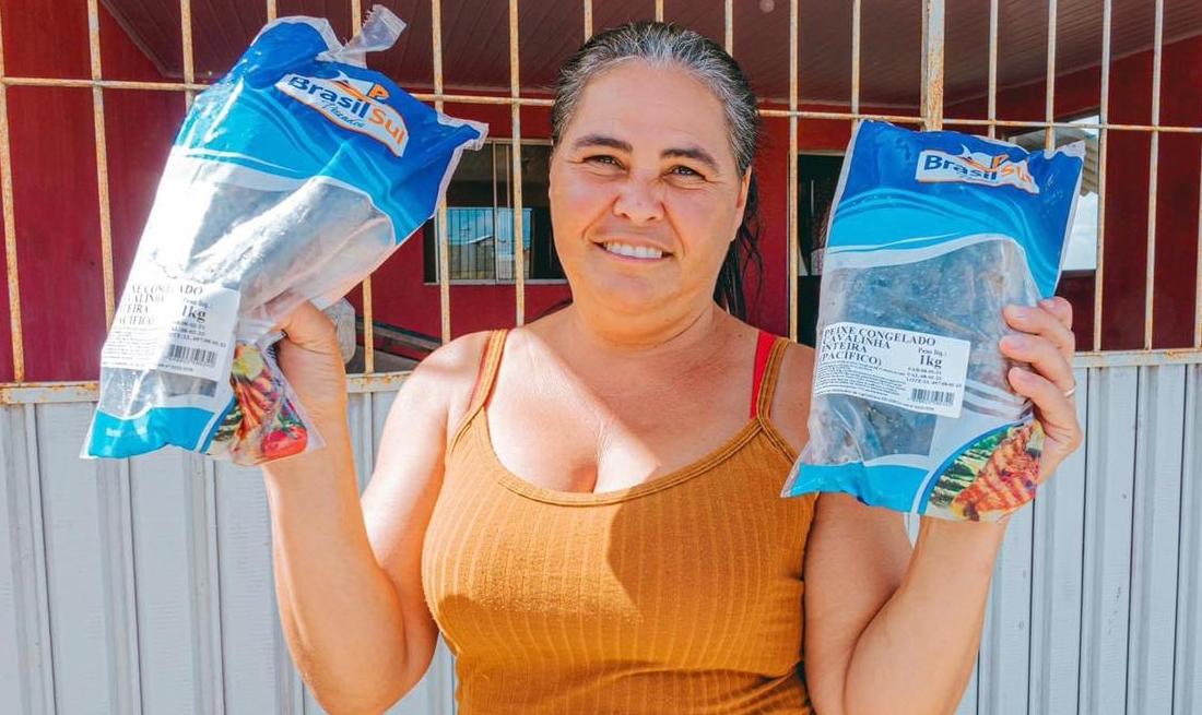 Prefeito de Camocim de São Félix mantém tradição e entrega peixe aos mais carentes