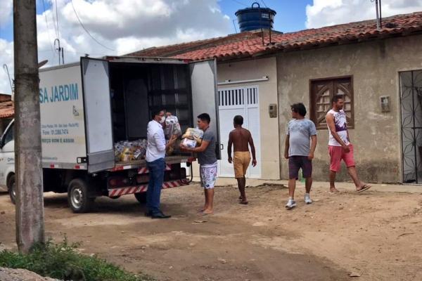 Vereador Bruno Sales entrega cestas básicas em comunidades carentes na sexta-feira santa