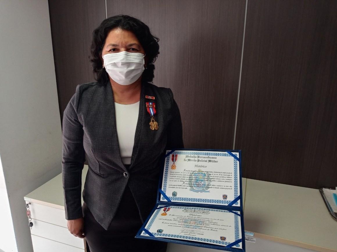 25.08.2021 procuradora geral adjunta do estado de pernambuco giovana ferreira recebe medalha da pmpe