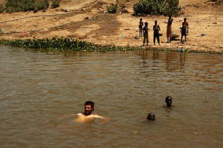Nie zważając na niespodzianki czające się w wodach Nilu w oczekiwaniu na naprawę pushera Zbychu zakosztował orzeźwiającej kąpieli. (Fot. Grzegorz Król)