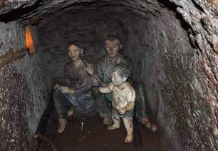 Modele Wietnamczyków spędzających ciężkie chwile w tunelach Vinh Mo. (loswiaheros.pl)