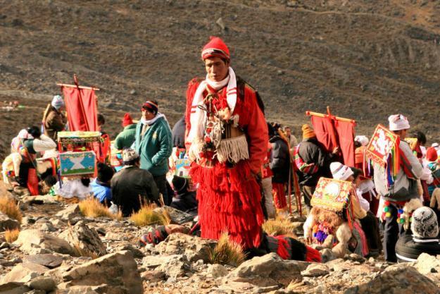 Wielu pielgrzymów przybywających na Qoyllour Rit'i nosi tradycyjne, niezwykle kolorowe stroje. (Fot. Kuba Fedorowicz)