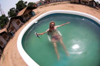 Basen pełen zimnej wody w samym środku Afryki - tylko w Tricompie. (Fot. Grzegorz Król)