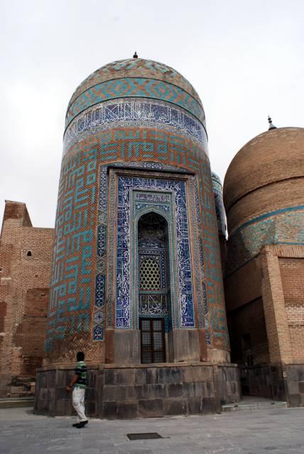 """Odmiana i """"odpoczynek"""" od dotychczasowych, tureckich budowli sakralnych - mauzoleum Szejka Safi ad-Din. (Fot. Tomek Mazur)"""