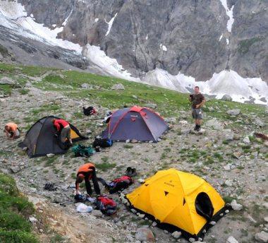 Biwak pod Orlim Gniazdem i morena lodowca Bionassay w tle. (Fot. Wiktor Rozmus)