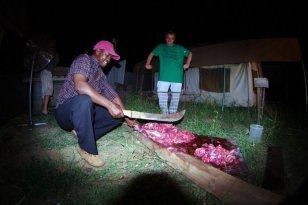 Kolejnym etapem ćwiartowania jest oddzielenie kości od mięsiwa, pocięcie go na kawałki i rzucenie na kratę grilla. (Fot. Jakub Pająk)