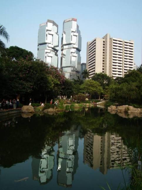 Mimo że wieżowce w Hongkongu są nie wyższe niż w Nowym Jorku czy Szanghaju, to robią wprost niesamowite wrażenie. (Fot. Rafał Sigiel)