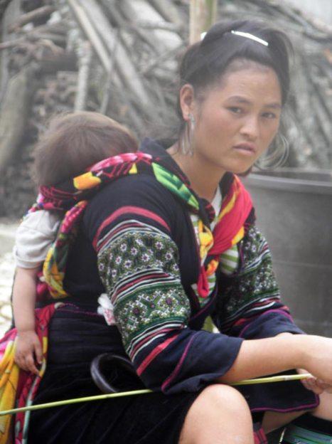 Może spotkacie 18-letnią dziewczynę, z niemowlęciem w zawijaku na plecach, z koszem pełnym towaru. (Fot. Jan Marković)