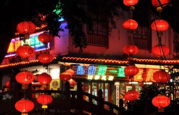 Chińczycy są mistrzami w komercjalizacji wszystkiego, co warte jest zobaczenia. Płacić trzeba nawet za wejścia do parków w miastach. (Fot. Rafał Sigiel)