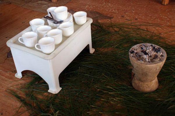 (Prawie) cały zestaw do ceremonii parzenia kawy. (Fot. Emilia Wojciechowska)