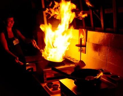 Kurczak w orzechach i ogniu w szkole gotowania w Chiang Mai. (Fot. Kasia Boni)